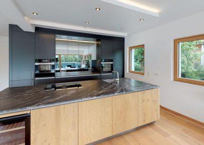Hochmoderne Küche der stilvollen Terrassenwohnung aus einer anderen Perspektive